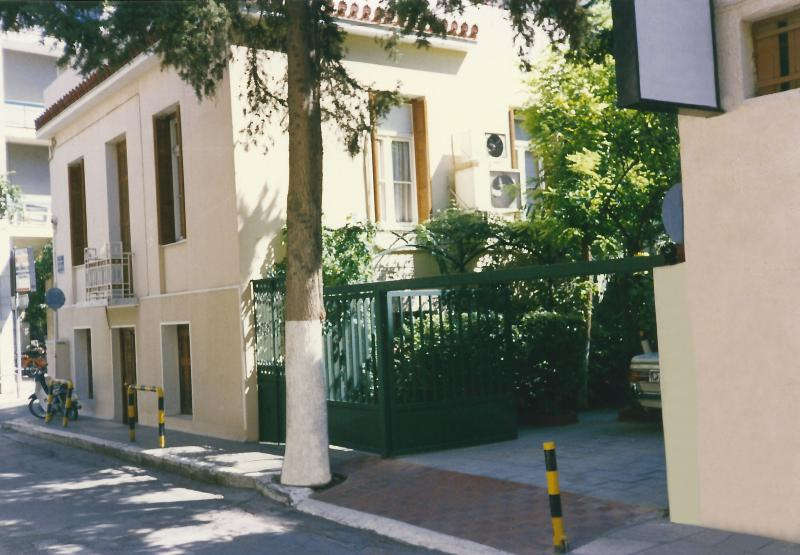 Villa with private garden in the center of Athens, holiday rental in Nea Chalkidona