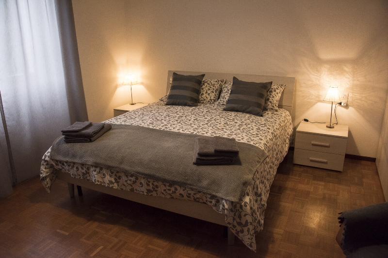 Ampia camera matrimoniale con letto singolo