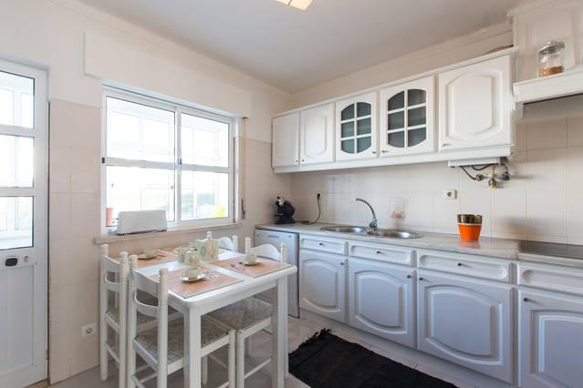 Kitchen with dining table up to 4/5 people.