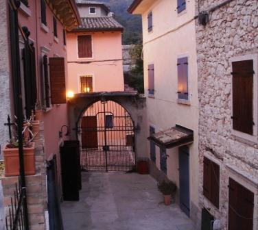Rustico in pittoresk dorpje bij Gardameer, alquiler vacacional en Caprino Veronese