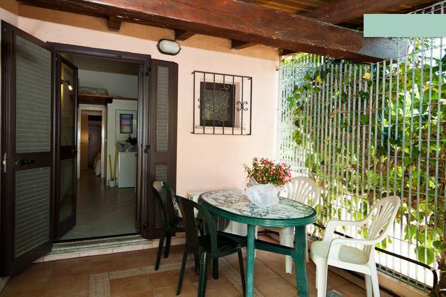 Piccolo trilocale con giardino, vacation rental in San Teodoro