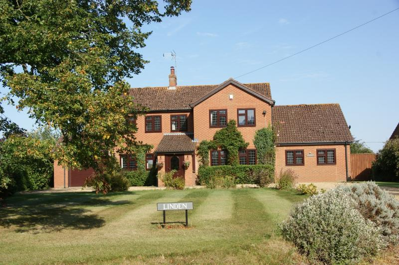 Linden Bed & Breakfast, Double or Twin with shower, holiday rental in Dersingham