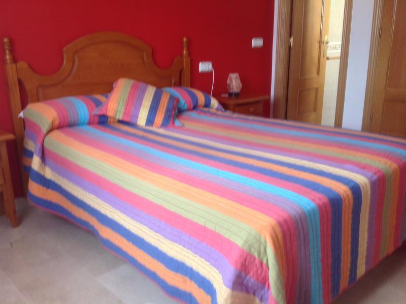 Dormitorio de Matrimonio muy amplio con su cuarto de baño dentro