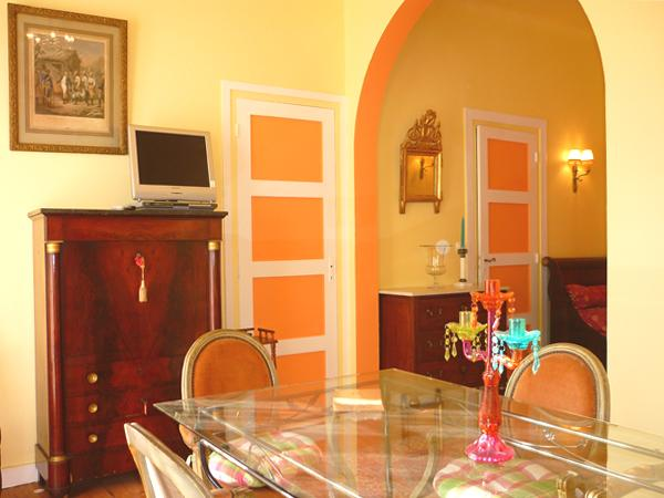 living,table pour 6 personnes,accès direct avec la cuisine,décoration raffinée