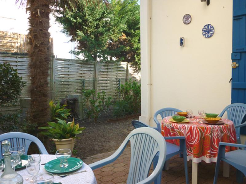 Patio andalous;1 salon de jardin pour 6 personnes,transats,a l'ombre du palmier