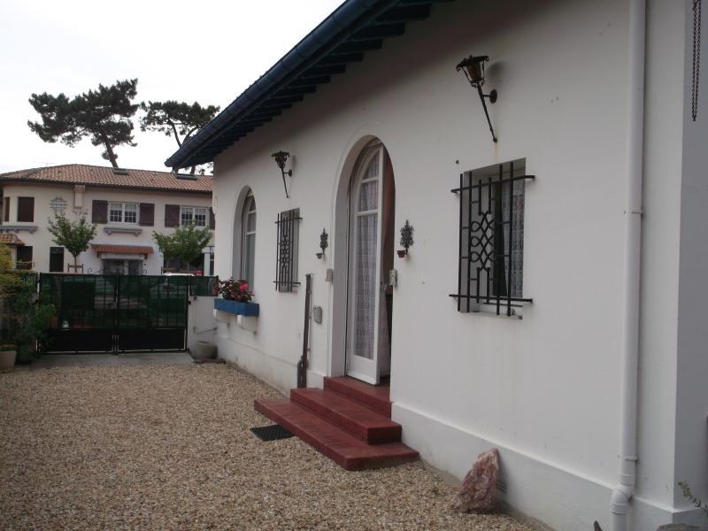 villa de profil accès direct à la salle à manger depuis le jardin