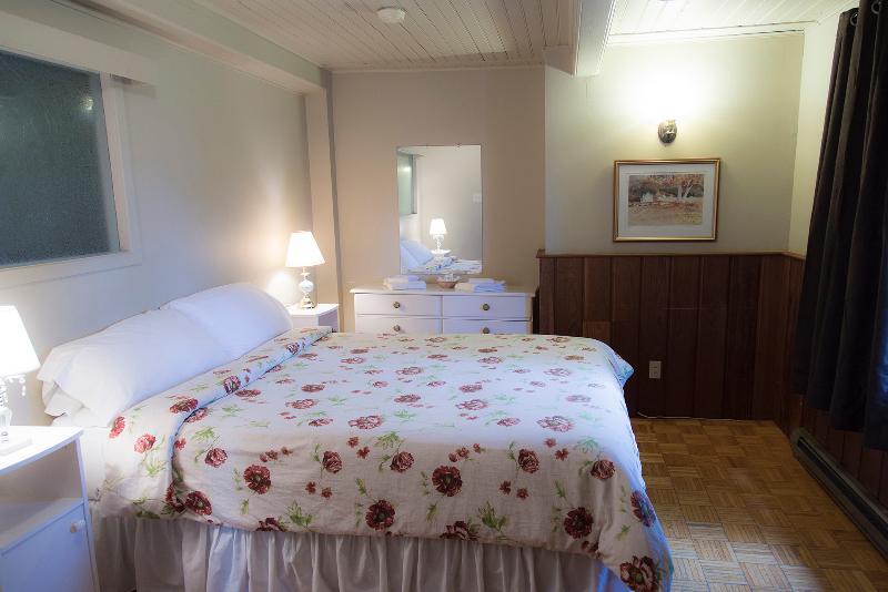 Queen size bedroom.
