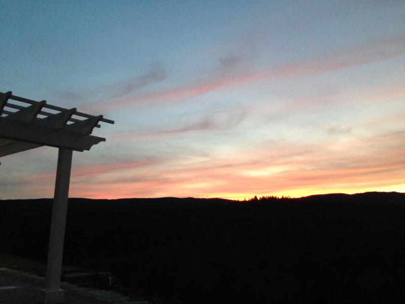 Amazing sunsets all year round from the yard and all the rooms of the house.
