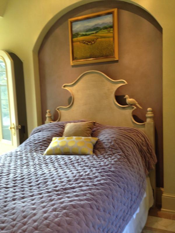Lumiere is the cozy 2nd bedroom of the Provence suite.  It has an en suite half bath.
