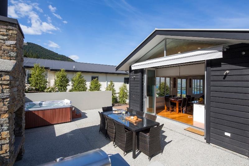 Prachtige outdoor onderhoudend met Spa zwembad, open haard en BBQ