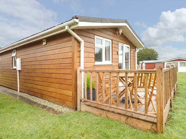 LITTLE TREBAH all ground floor lodge, private patio, Atlantic Bays Holiday Park, holiday rental in Saint Ervan