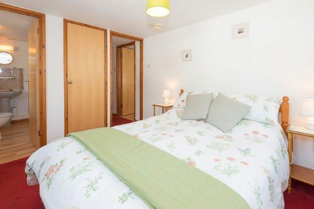 Lovely bright double bedroom with en-suite shower room