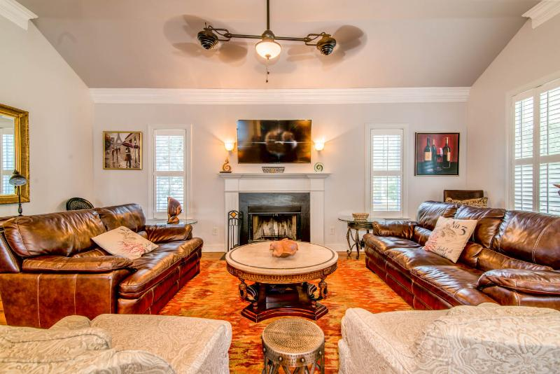 Good leather and lots of seating in family room. Large HDTV, ceiling fan, working fireplace