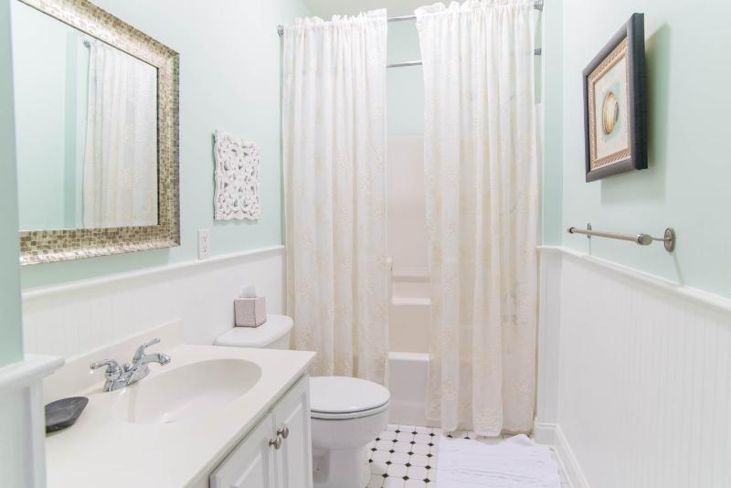 Bathroom shared by 2 of the Queen bedrooms. 5 Bedroom / 4 Bath house.