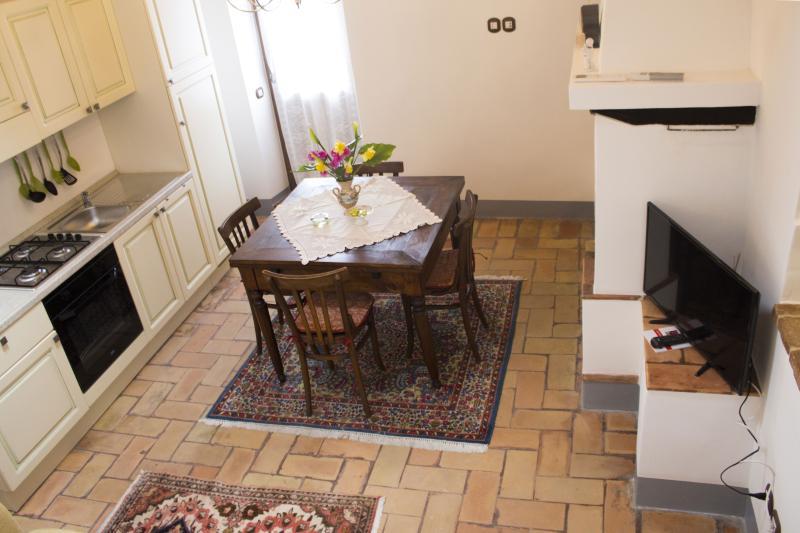 Una cucina con sala da pranzo e camino.