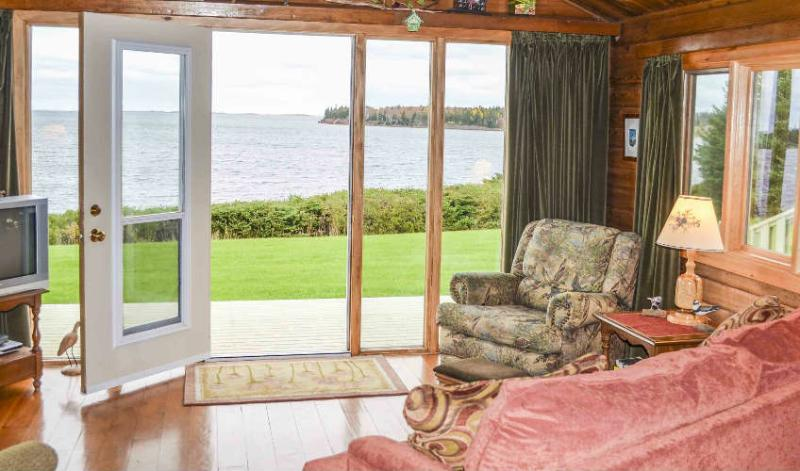 BAYVIEW WATERFRONT COTTAGE, holiday rental in Clinton