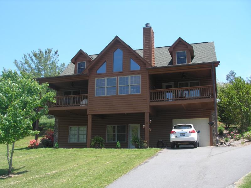 Apartamento está situado en la planta baja, sin escaleras, entrada independiente y estacionamiento, área de patio cubierto.