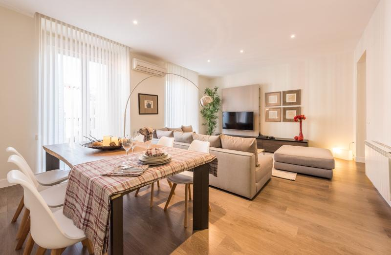 Preciosa sala de estar con zona de estar y mesa de comedor con capacidad para hasta 11 personas.