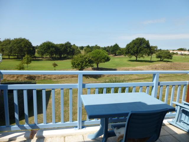 grande terrasse avec vue sur le golf