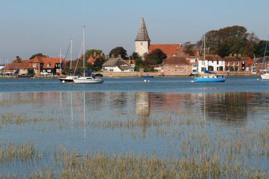 Beautiful 400 y/o Thatched Cottage in Bosham, holiday rental in Woodmancote
