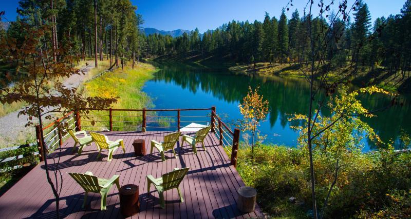 Luxury Lake View Home with Private Boat Dock/Deck, location de vacances à Bigfork