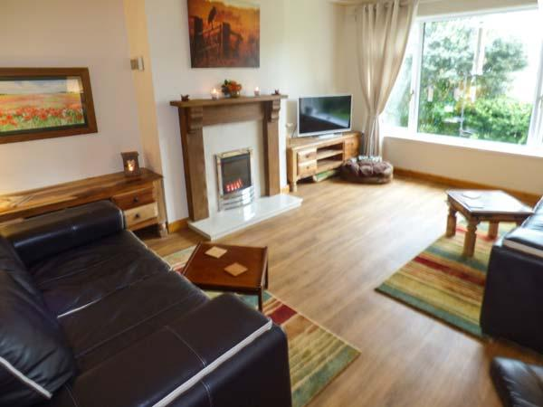 DUNLIN, semi-detached, hot tub, pet-friendly, beach 5 mins walk, in, holiday rental in Burnham-On-Sea