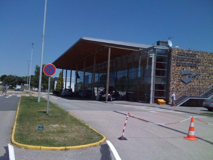 Limoges airport (LIG) 35 minutes by car from the house.
