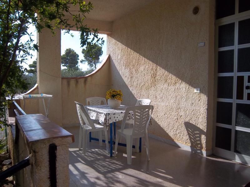 veranda del trilo Beauty, ombreggiata dal verde melograno.