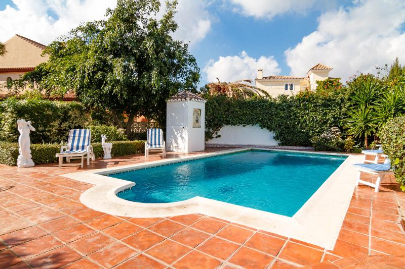 Lovely Villa in Fuengirola, Private ( Heated )  Pool & Garden, alquiler de vacaciones en Fuengirola