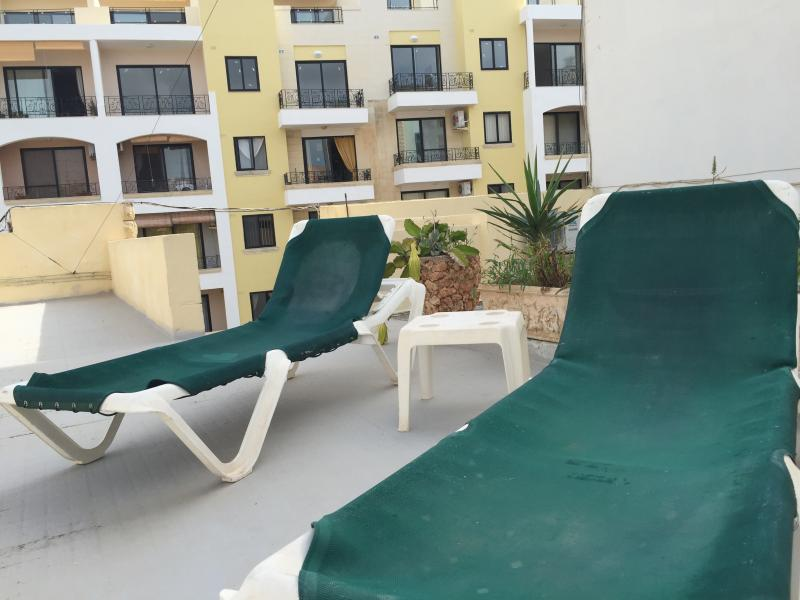 Roof with 2 sunbeds (beach towels provided)