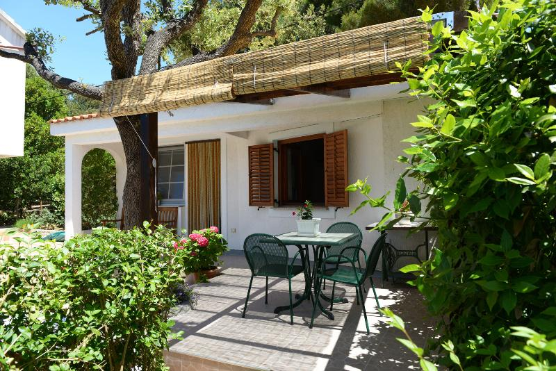 Bungalow in a a garden by the sea, holiday rental in Petrcane