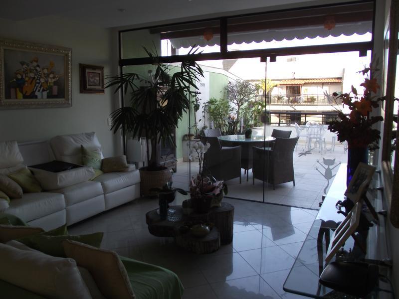 Sala integrada ao terraço com churrasqueira e sauna.