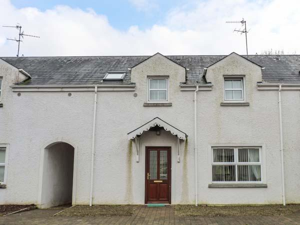 4 MAC NEAN COURT, lakeside cottage, woodburner, en-suite, lawned garden, on the, holiday rental in Belcoo