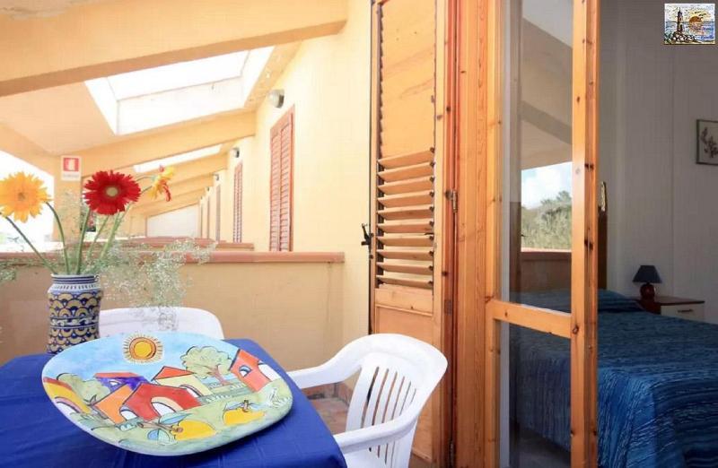 Balcone attrezzato con tavolo e sedie