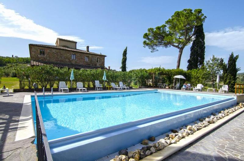 Holiday lodging near Pienza,V,terrace,swimming pool, olive groves, very quiet, holiday rental in Abbadia di Montepulciano