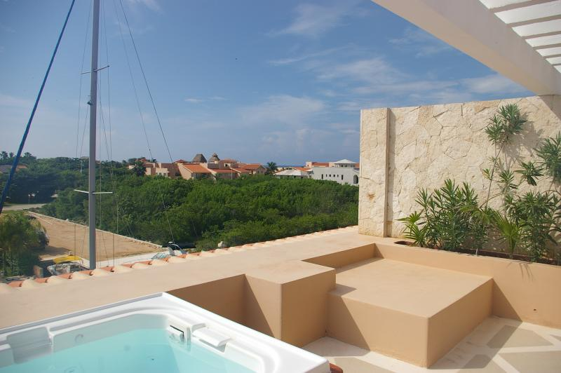 Modern and luxurious waterfront condo with ocean v, vacation rental in Puerto Aventuras