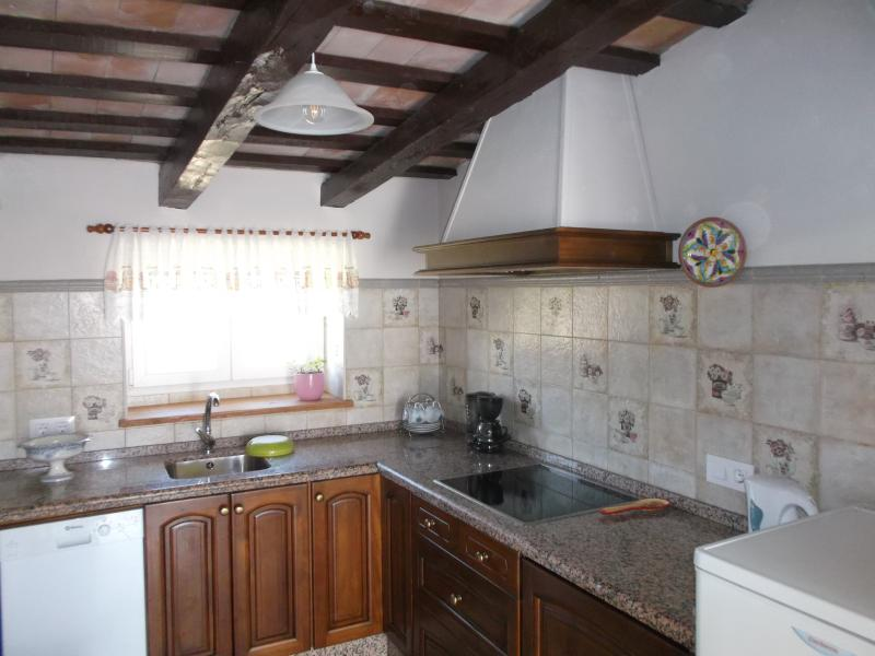 La cocina incluye tostadora, cafetera, lavavajillas, lavadora-secadora, vitrocerámica y frigorífico.