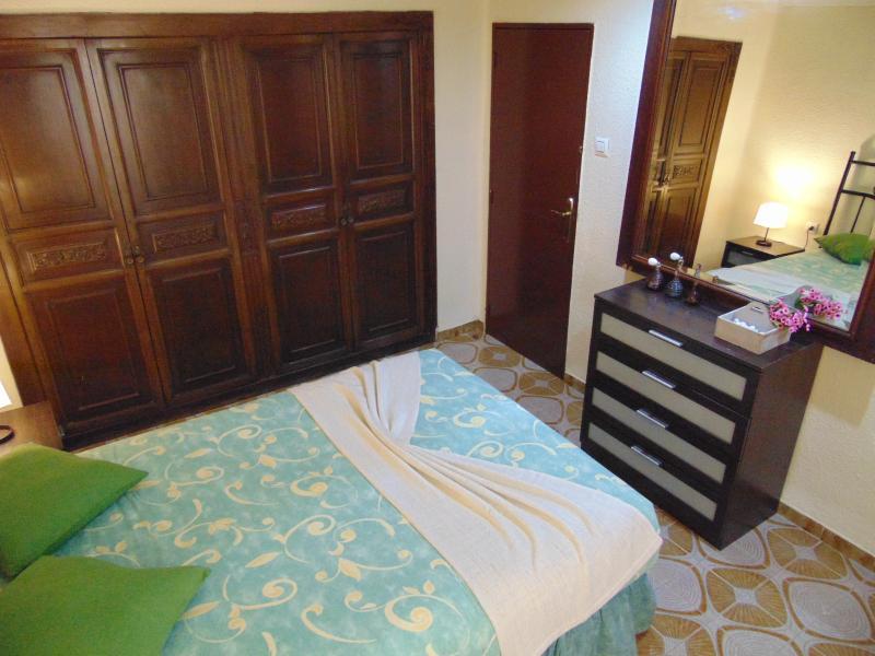 Espaciosa habitación de matrimonio con cama doble y con 3 armarios empotrados