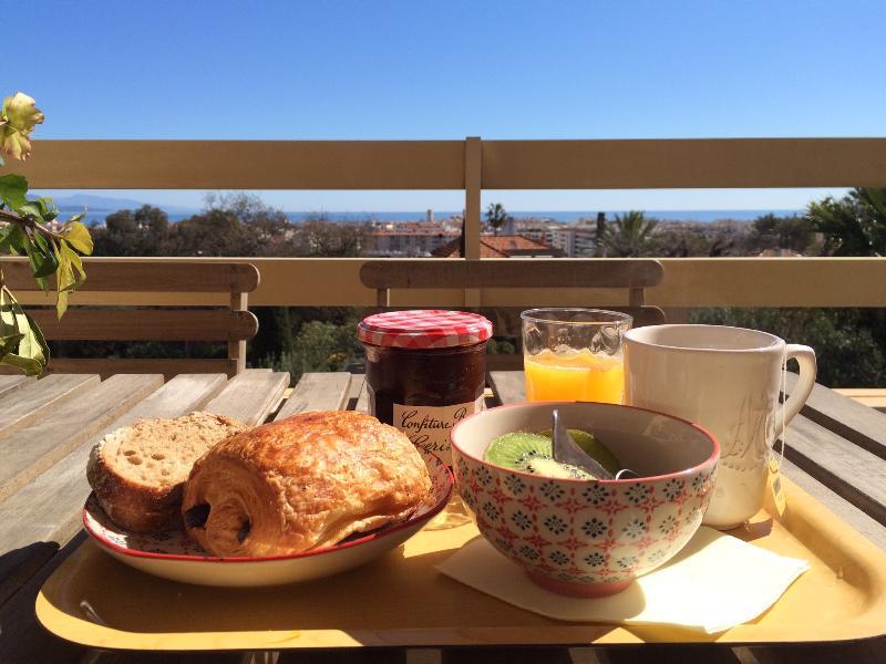 Petit-déjeuner sur la terrasse avec une jolie vue mer