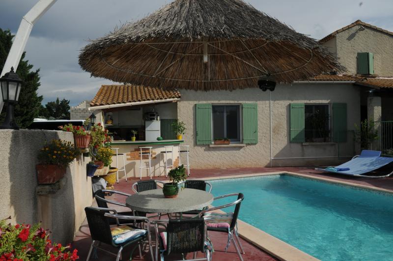 villa la Prairie avec jardin et piscine privée., location de vacances à Tarascon