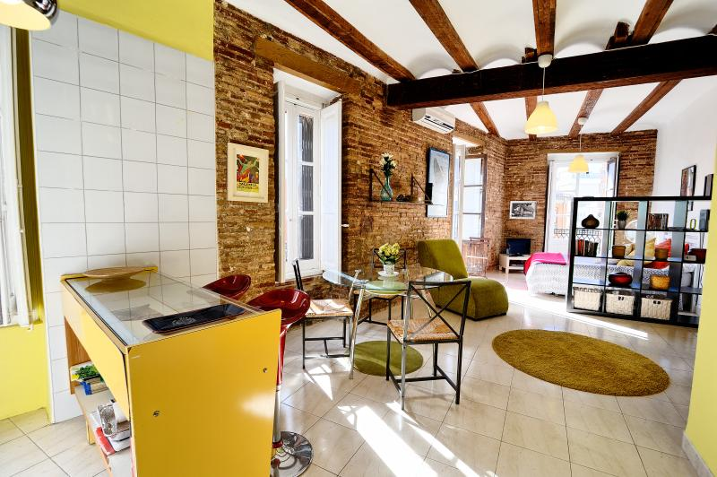 Charming studio within a typical C.19 Valenciano building. Bathed in sunlight throughout day.