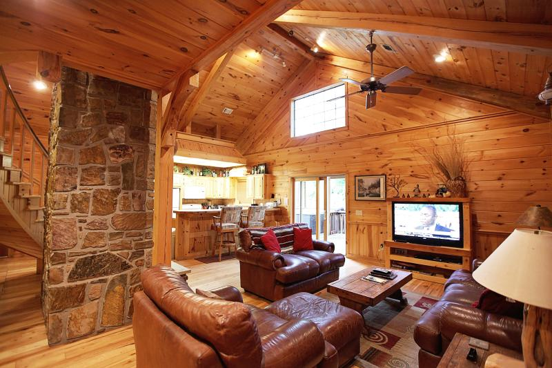 White Oak Lodge - Secluded Cabin (Sleeps 8), holiday rental in Broken Bow