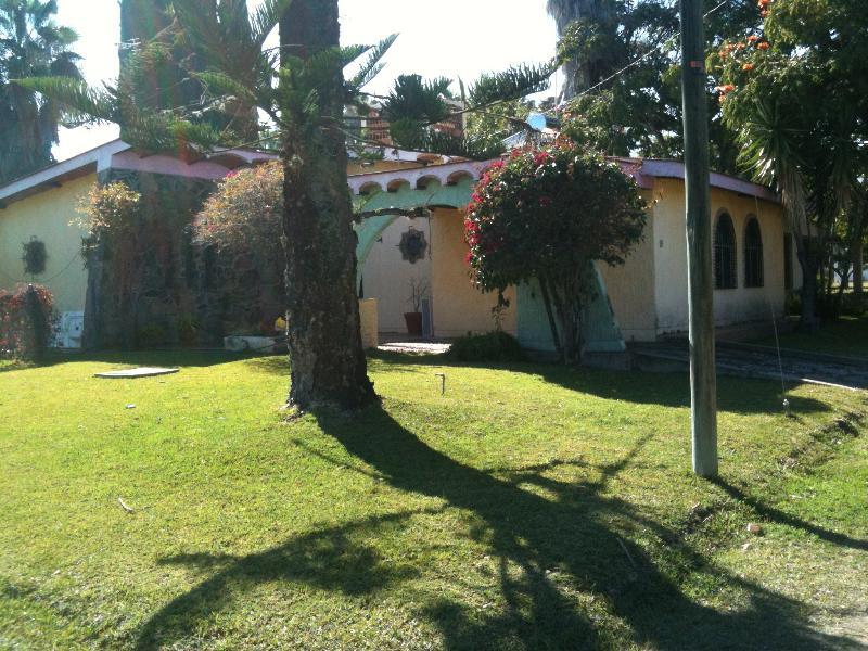 Roca Azul house- Nice vicinity near Ajijic Chapala, alquiler de vacaciones en San Juan Cosalá