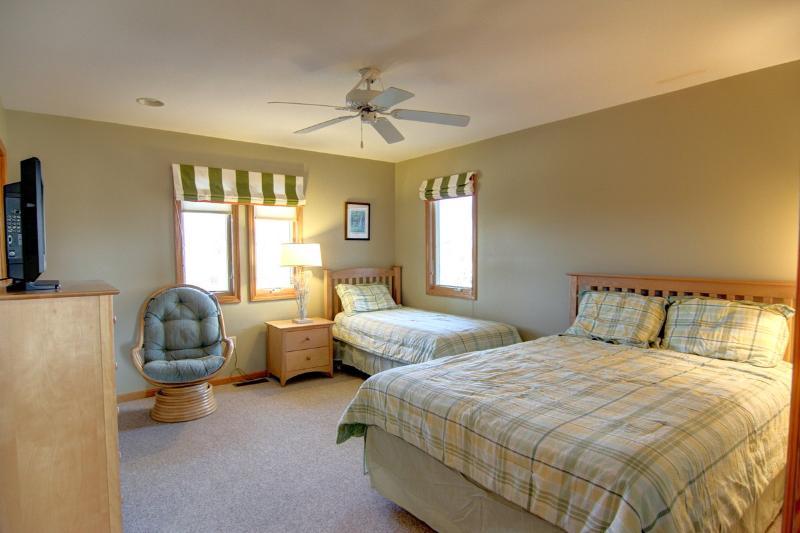 Slaapkamer met Queen en Twin Beds
