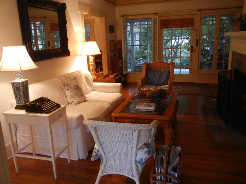 Charming 1920's Cottage in best area, holiday rental in San Gabriel