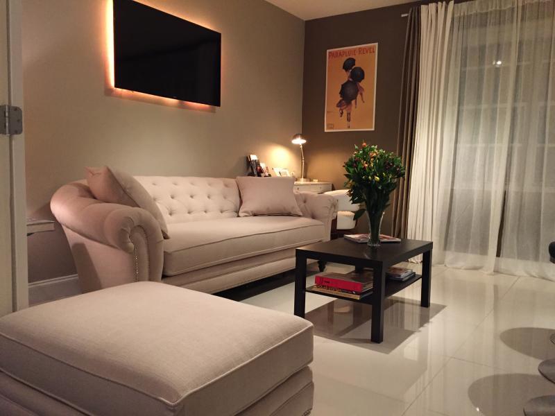 Living room Smart TV, Apple TV, Writing desk