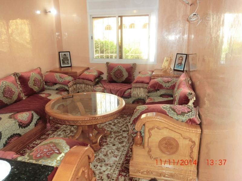 salon marocain servant de literie éventuellement ,grande largeur de canapé