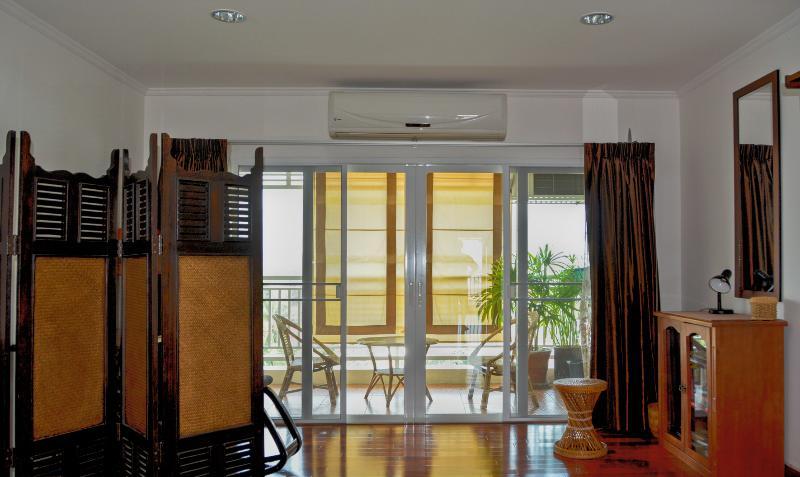 balcon avec ventilateur et rideaux