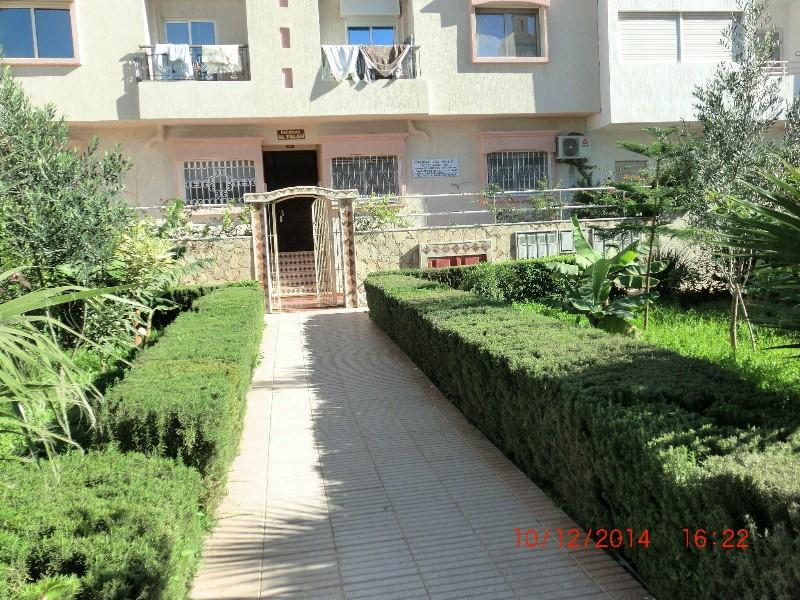 entrée de la résidence avec jardin