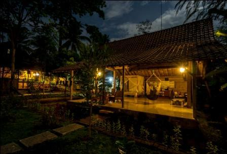 didu's homestay at night we have Pendopo spacious place for everyone here